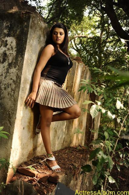 Tashu Kaushik Hot Photos  (1)