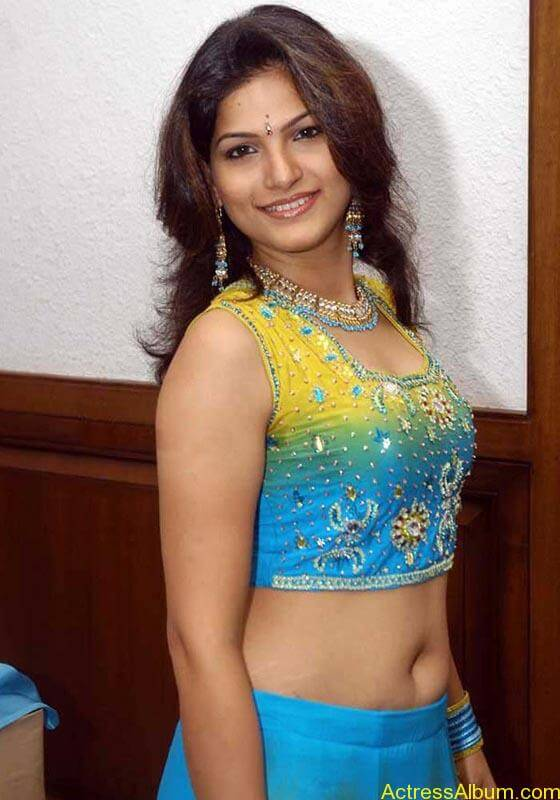 Tharika Hot navel show3