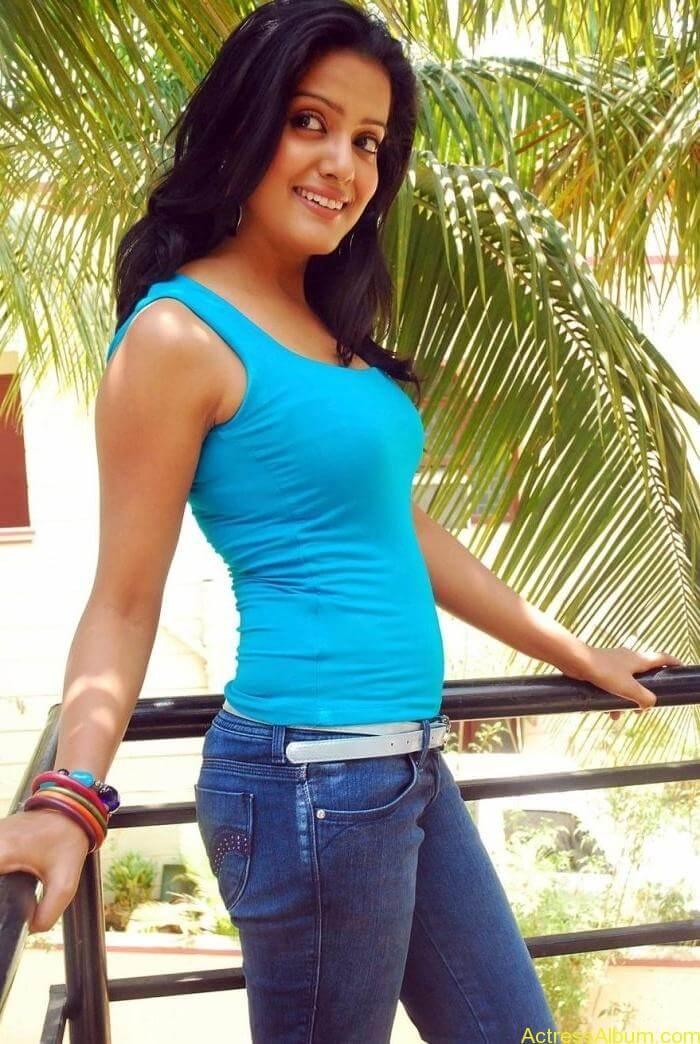 Vishaka_Singh_Jeans_Pictures5