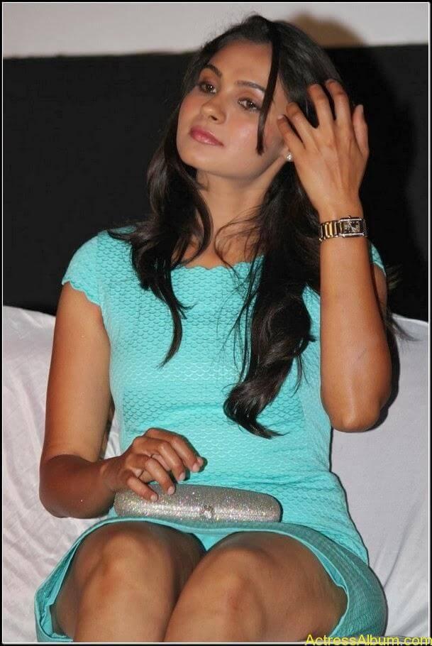 Actress Andrea jeremiah Navel Pics 2
