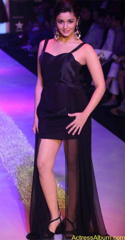 alia_looking_hot_in_black