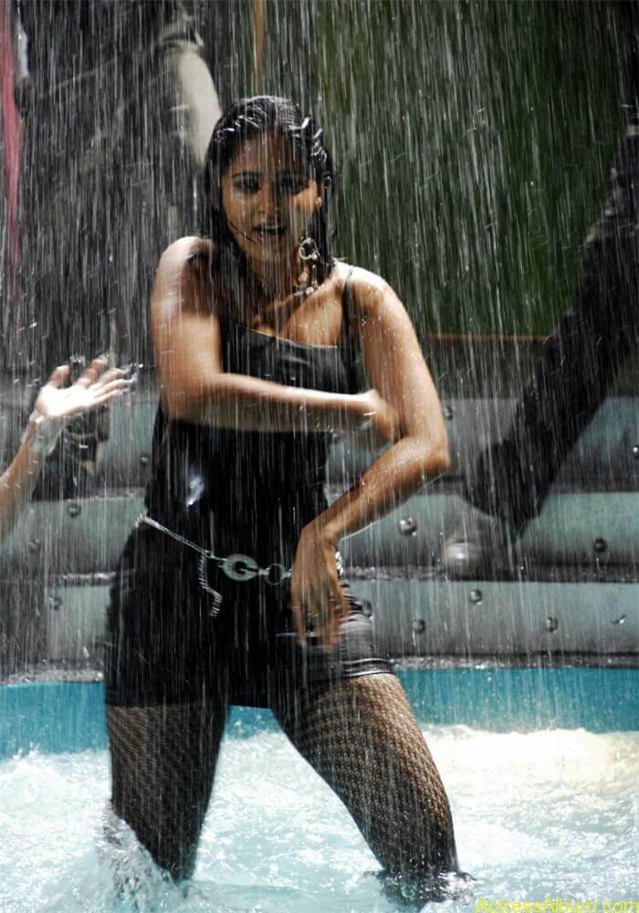 Hot Anushka Shetty Exposing