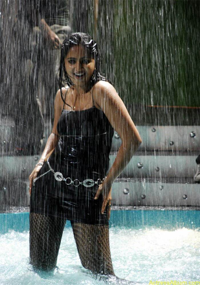 Anushka Shetty Exposing Navel