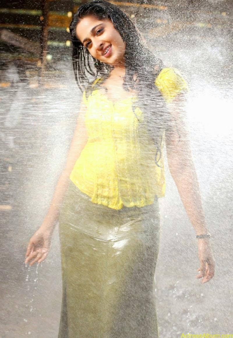 Anushka Hot In Yellow Dress (10)