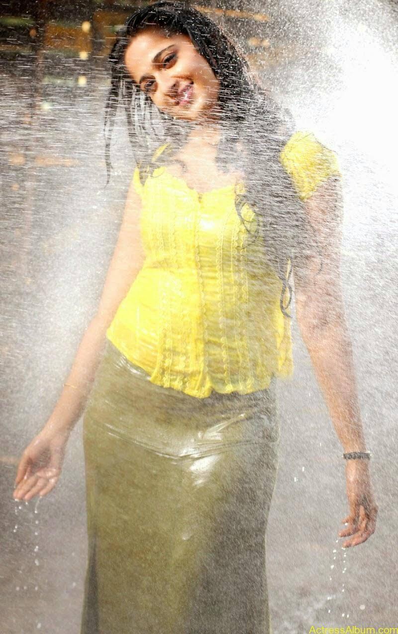 Anushka Hot In Yellow Dress (11)