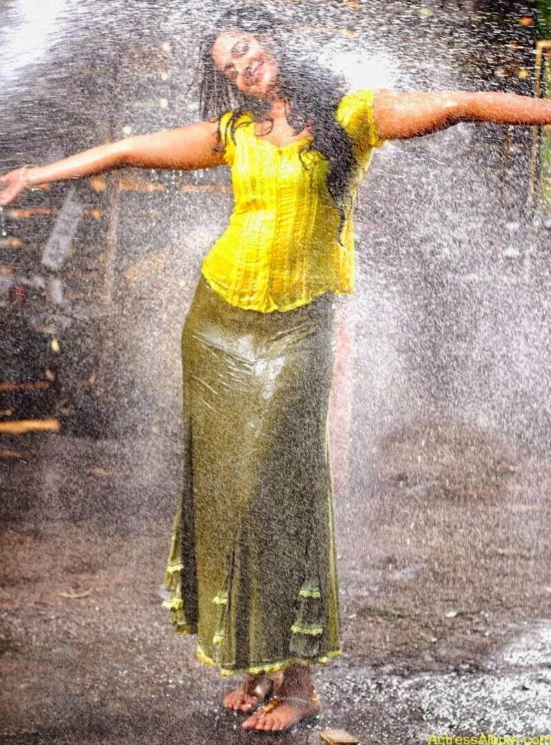 Anushka Hot In Yellow Dress (12)