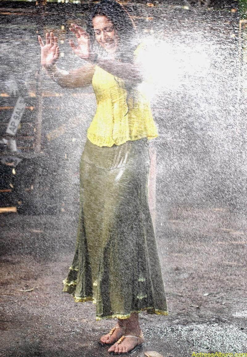 Anushka Hot In Yellow Dress (4)