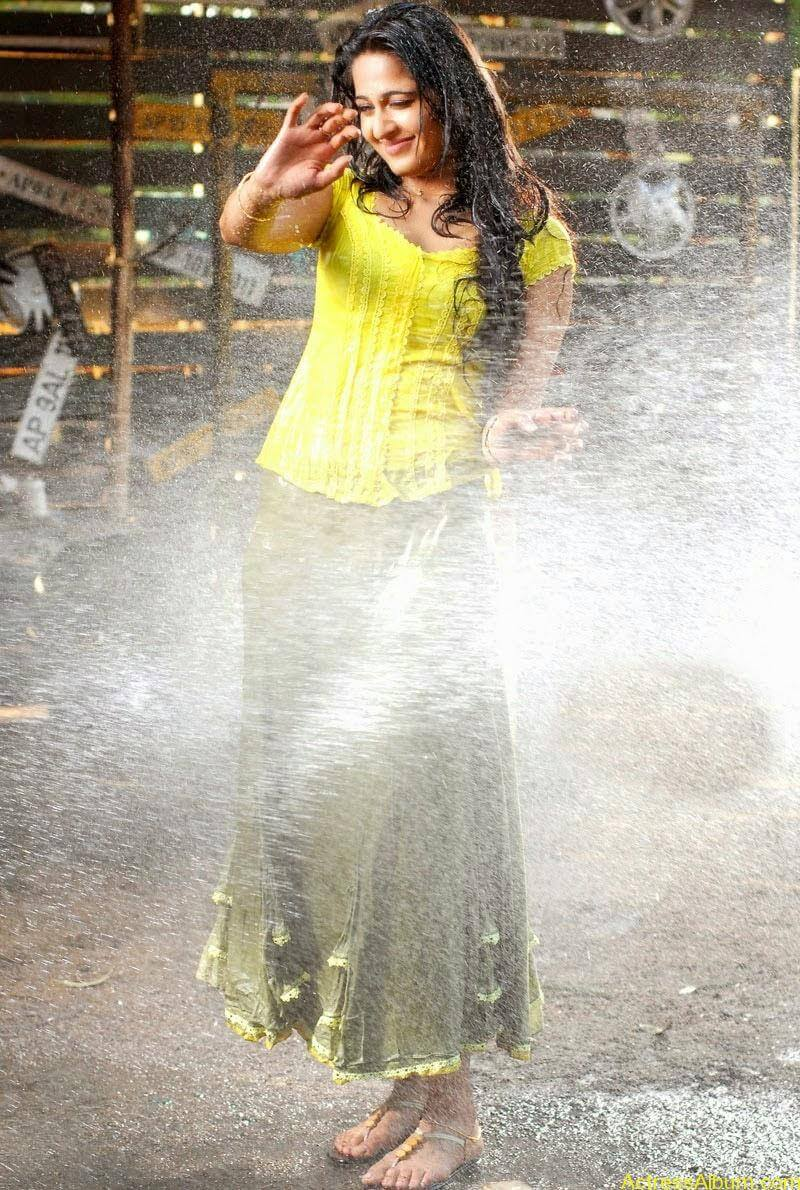 Anushka Hot In Yellow Dress (5)