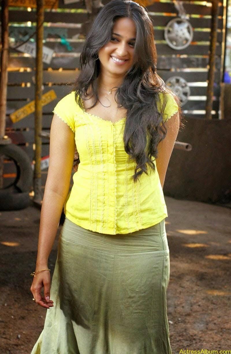Anushka Hot In Yellow Dress (7)