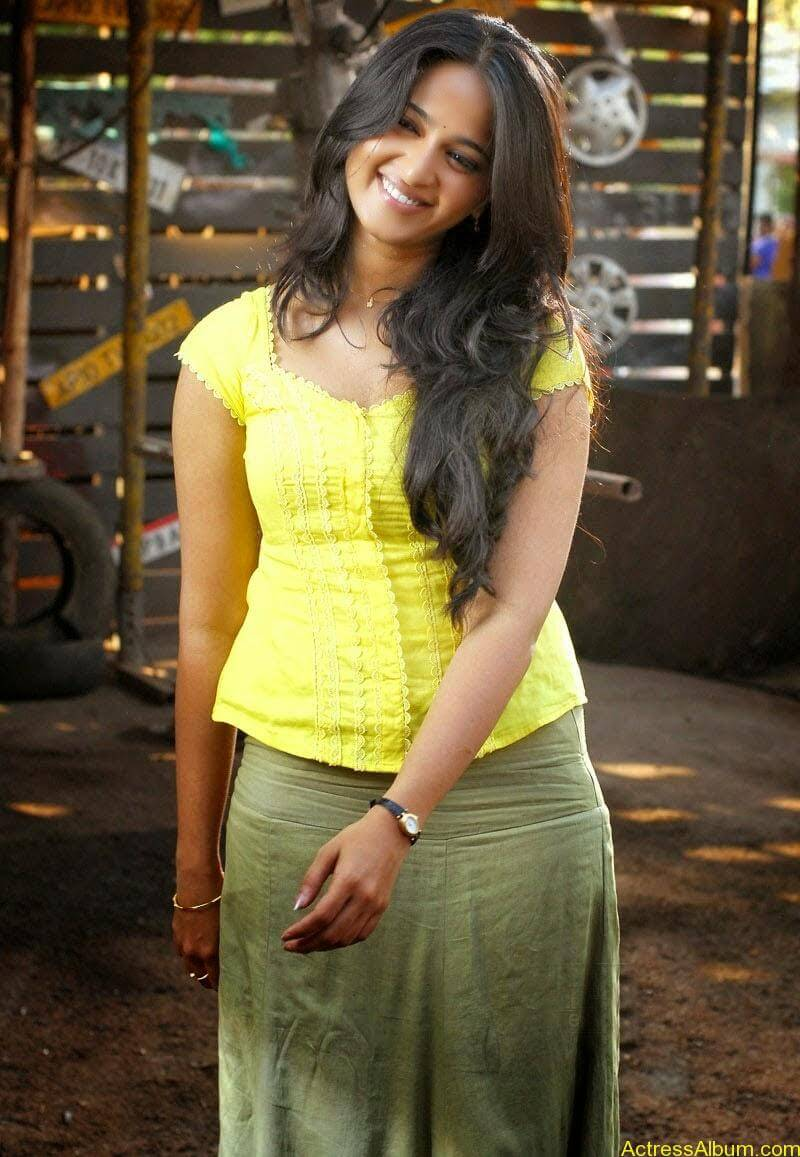 Anushka Hot In Yellow Dress (8)