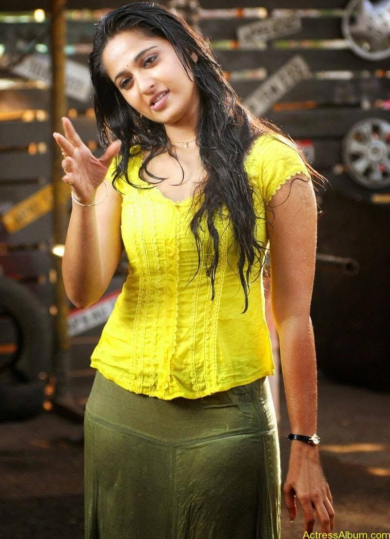 Anushka Hot In Yellow Dress (9)