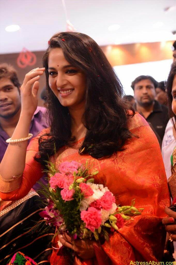 Anushka Launches Kalamandir Showroom (1)