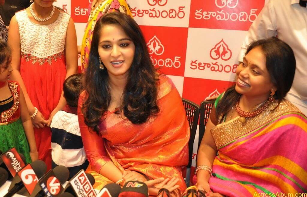 Anushka Launches Kalamandir Showroom (11)