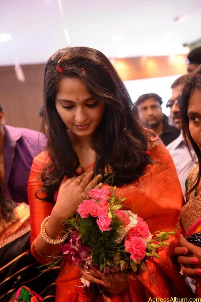 Anushka Launches Kalamandir Showroom (12)