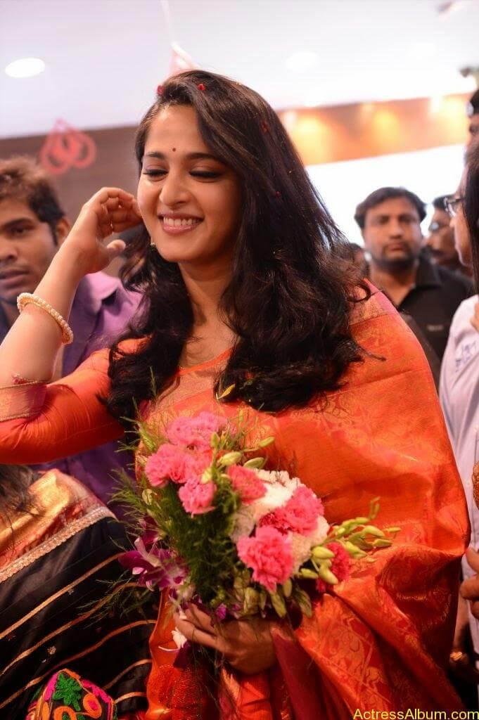 Anushka Launches Kalamandir Showroom (3)