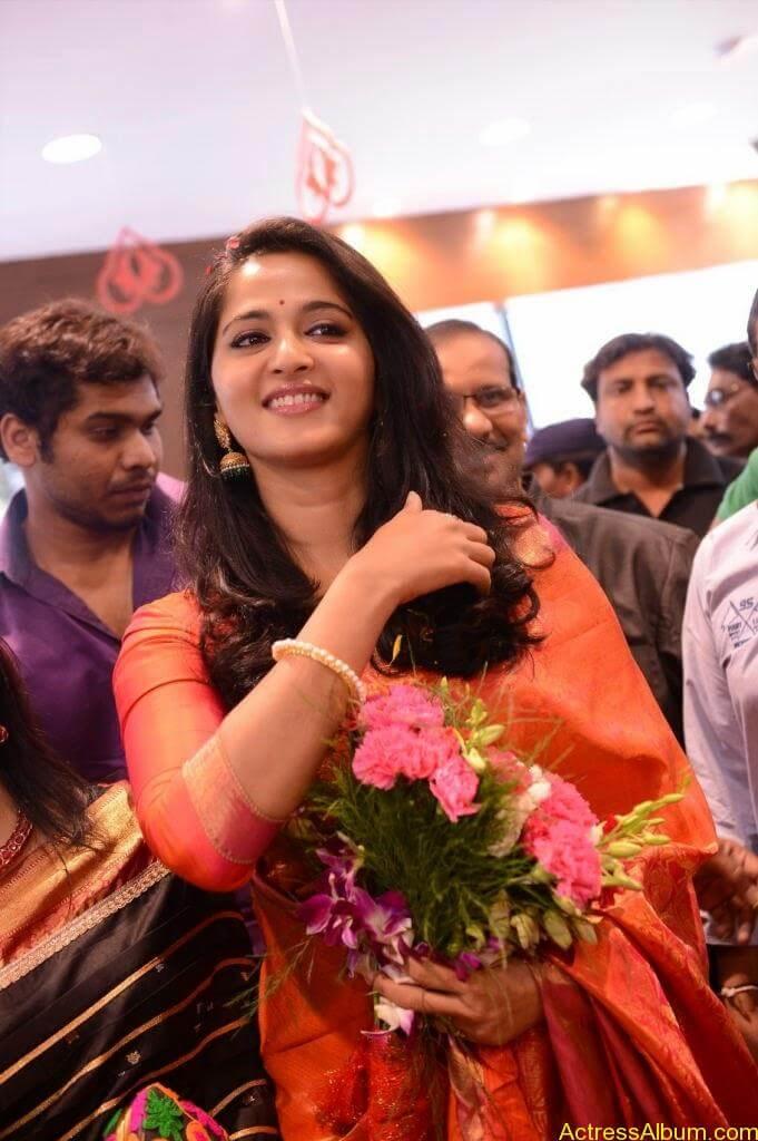 Anushka Launches Kalamandir Showroom (4)