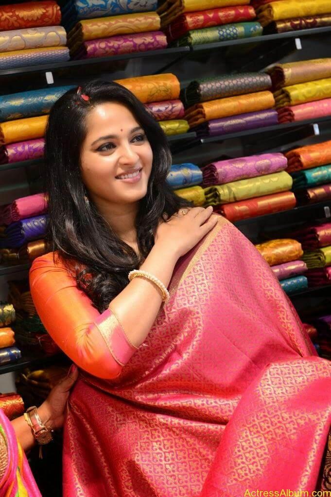Anushka Launches Kalamandir Showroom (5)