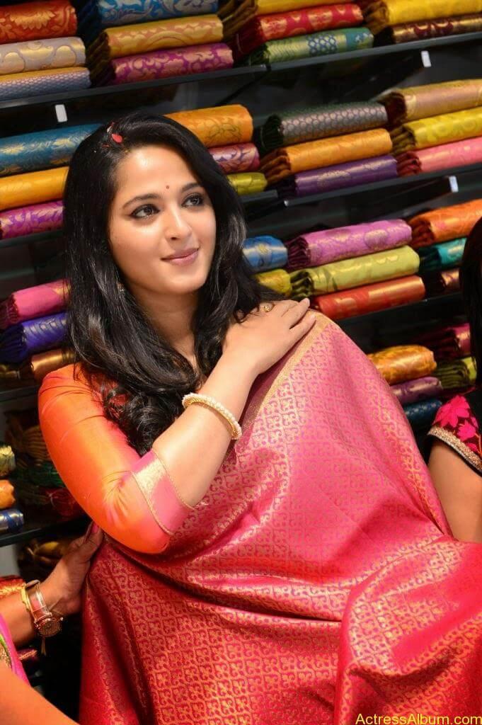 Anushka Launches Kalamandir Showroom (6)
