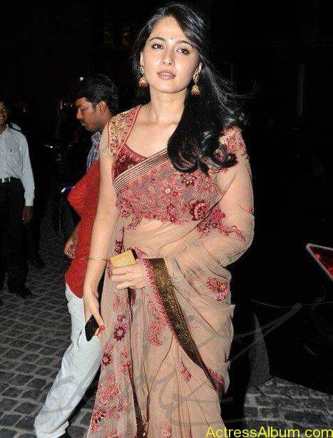 Anushka Shetty in hot saree at filmfare awards