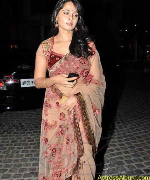 Anushka Shetty in hot saree at filmfare awards1