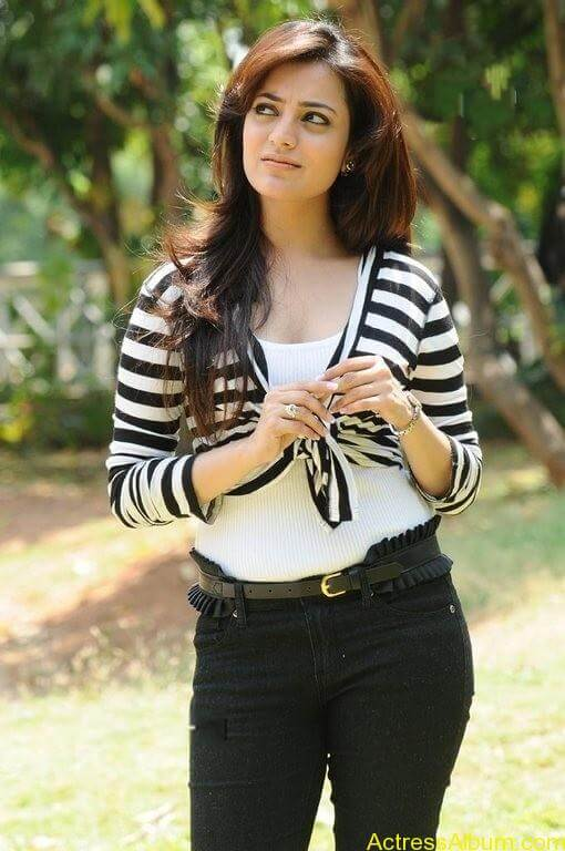 Nisha Agarwal Cute Stills (2)