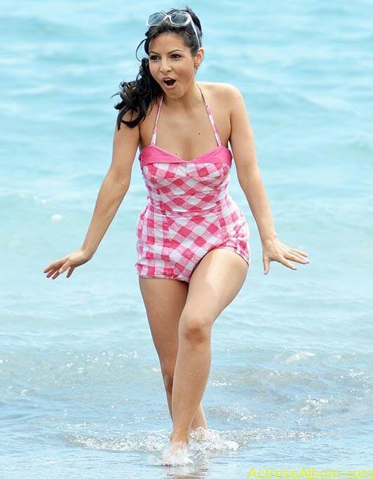 Roxanne Pallett Latest Hot Spicy Swimsuit Stills Photos (2)