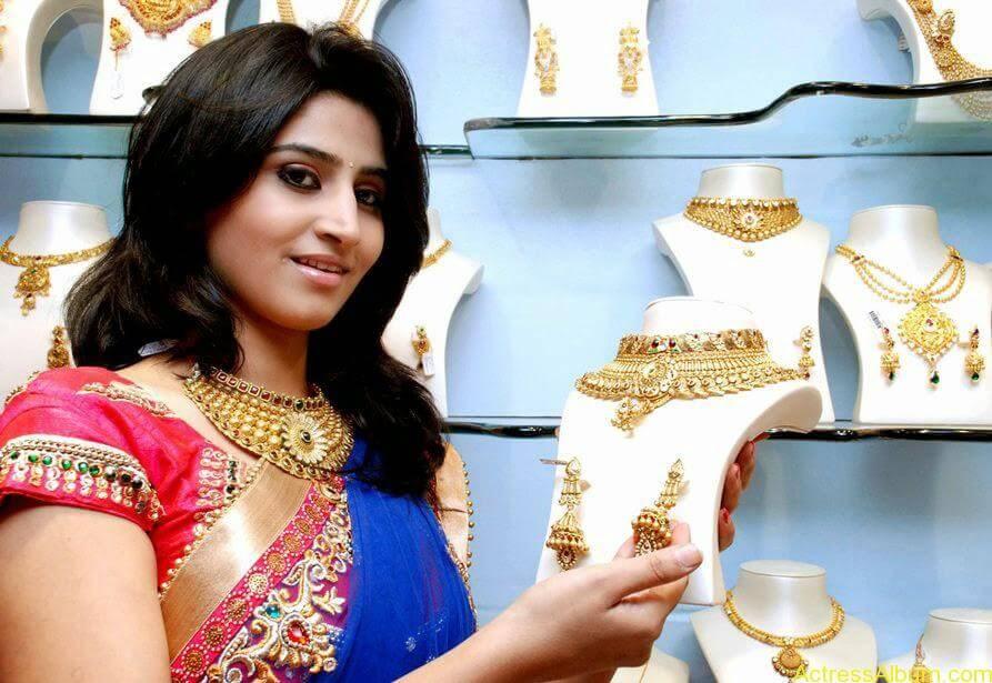 Shamli in saree at jewelry shop opening 7