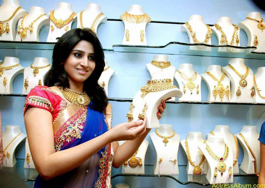 Shamli in saree at jewelry shop opening