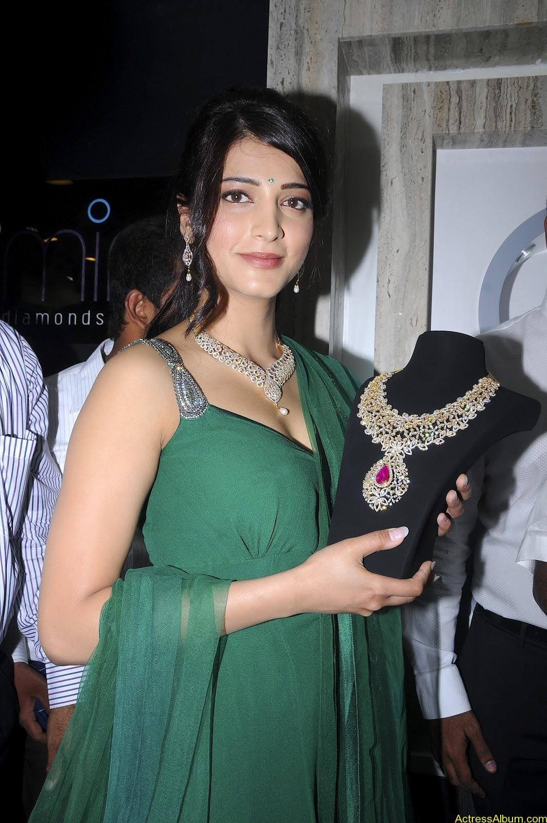 Shruti Haasan In Malabar Gold Showroom Launch (14)
