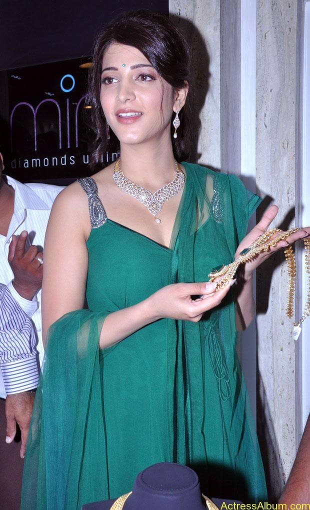 Shruti Haasan In Malabar Gold Showroom Launch (17)