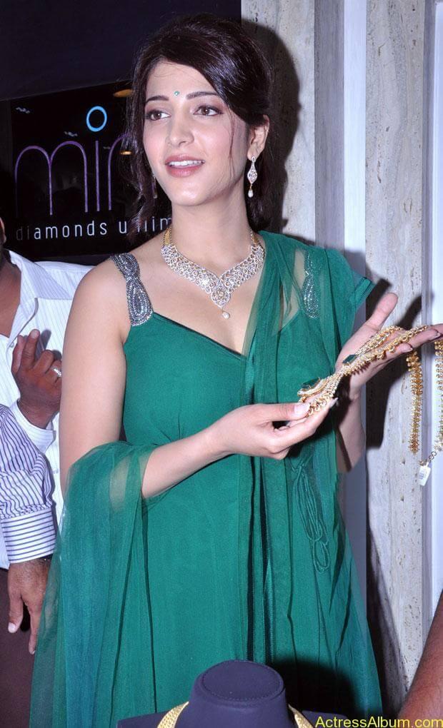 Shruti Haasan In Malabar Gold Showroom Launch (17)