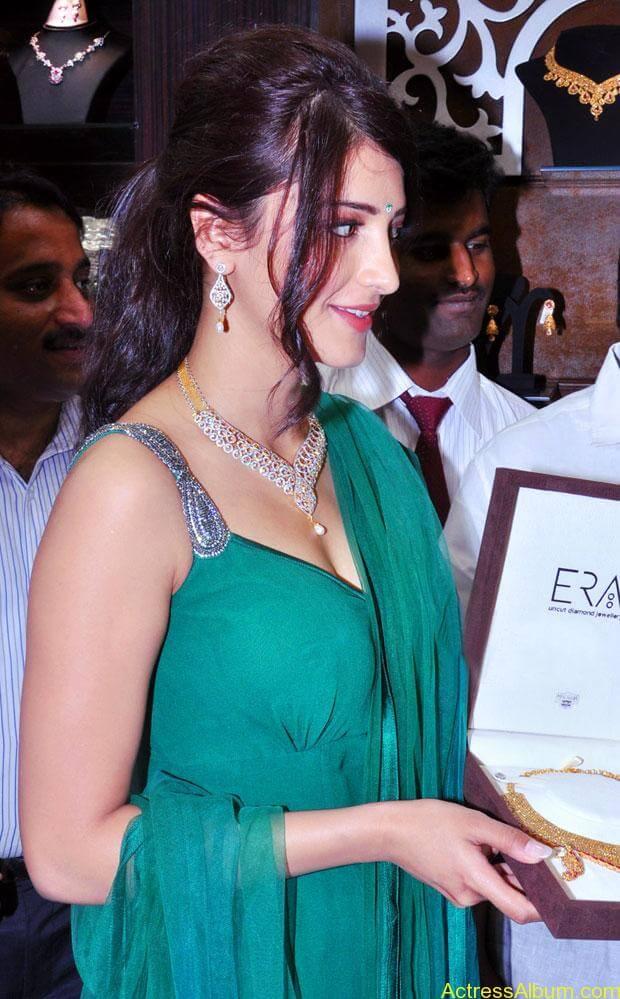 Shruti Haasan In Malabar Gold Showroom Launch (18)