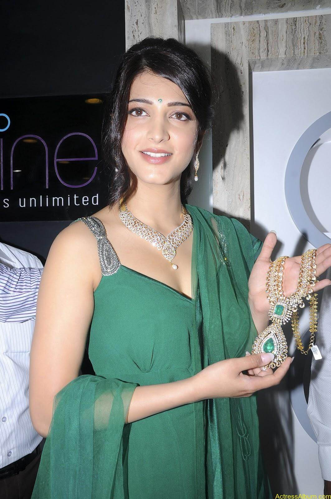 Shruti Haasan In Malabar Gold Showroom Launch (19)