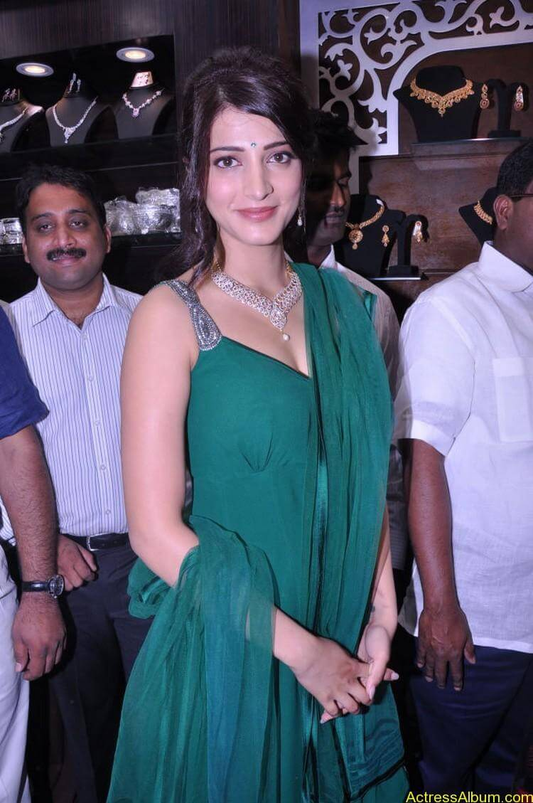Shruti Haasan In Malabar Gold Showroom Launch (20)