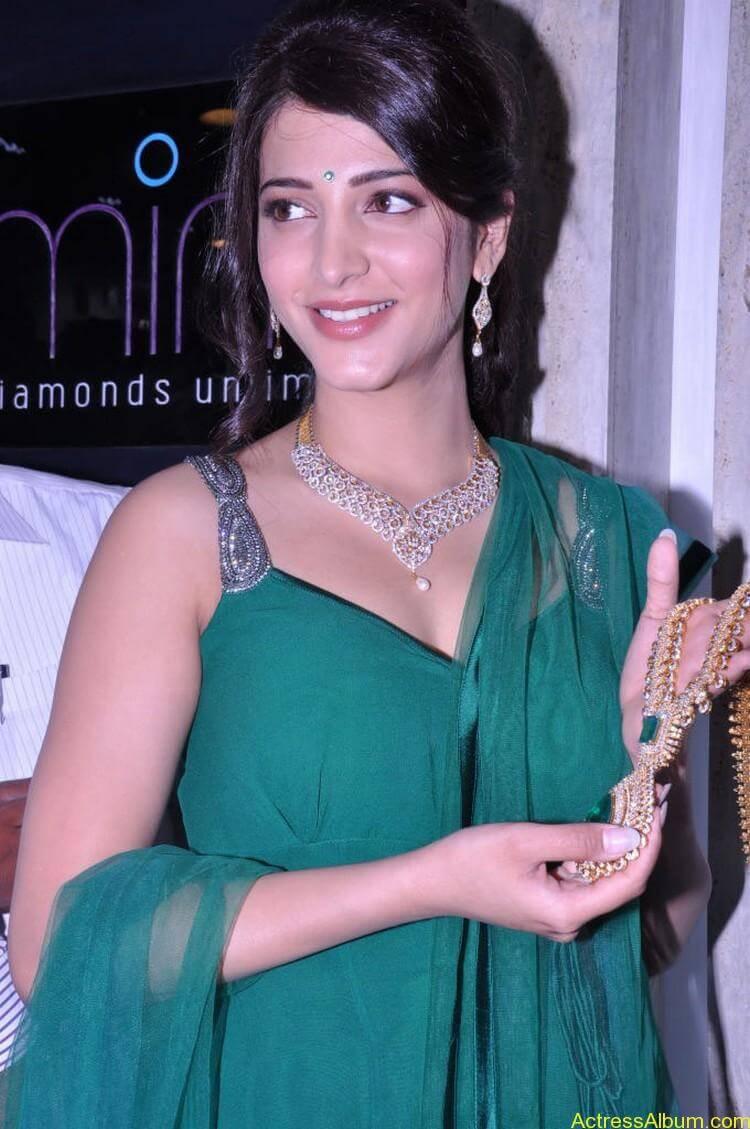 Shruti Haasan In Malabar Gold Showroom Launch (30)