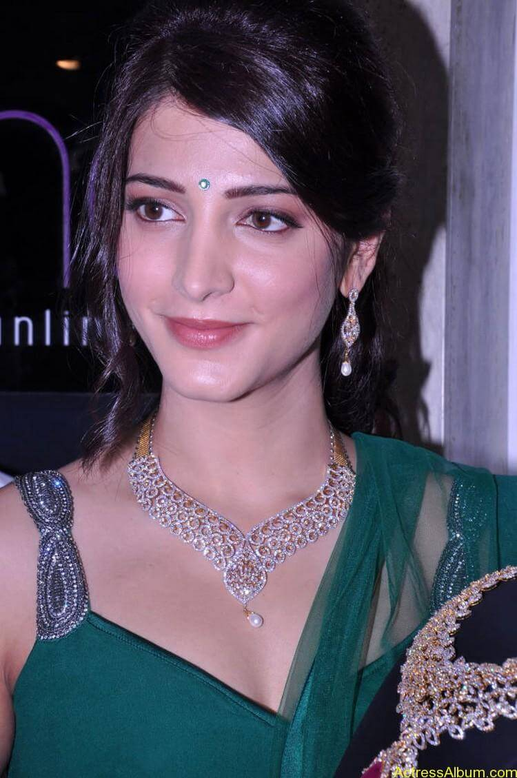 Shruti Haasan In Malabar Gold Showroom Launch (7)