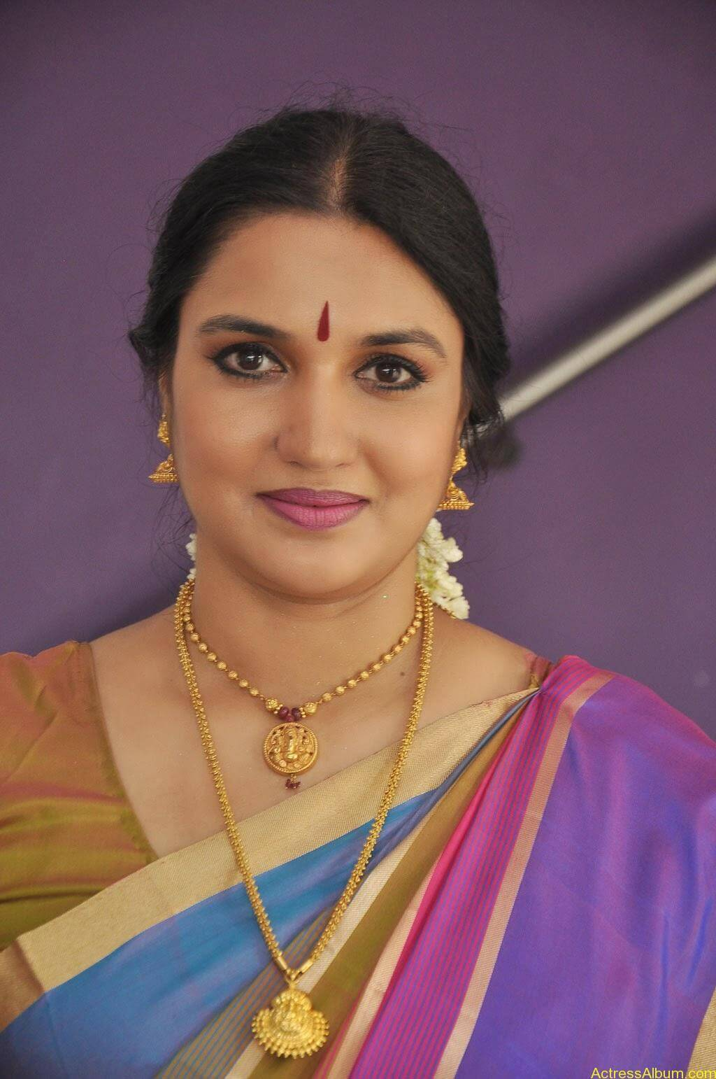 Sukanya Cute Saree Pics (2)
