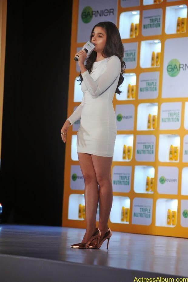 Alia Bhatt hot in mini short shorts (1)