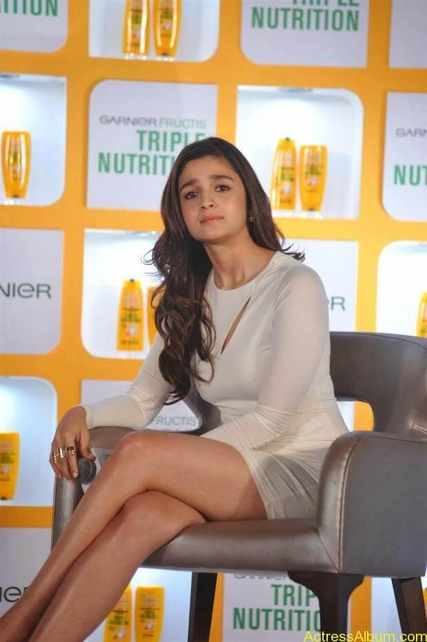 Alia Bhatt hot in mini short shorts (4)