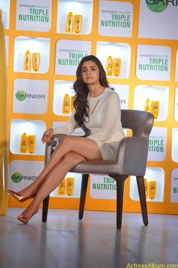 Alia Bhatt hot in mini short shorts (5)