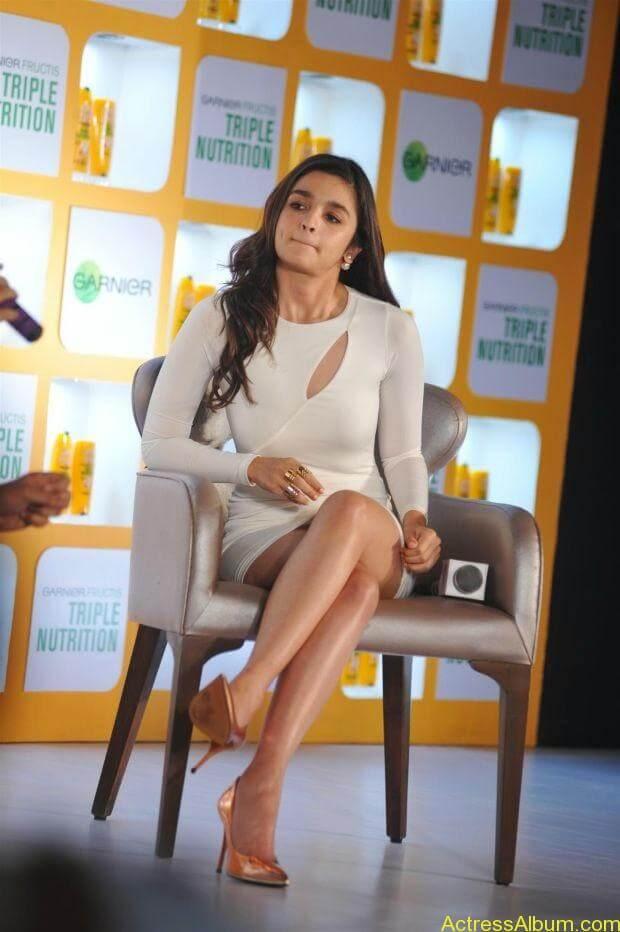 Alia Bhatt hot in mini short shorts (7)