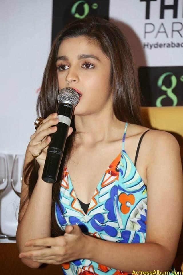 Alia- -bhatt-'s latest hot stills (7)