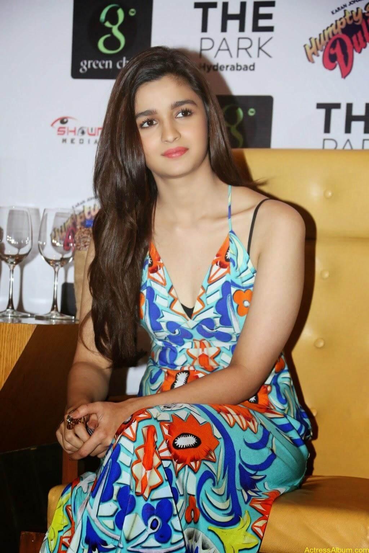Alia Bhatt  Sleeveless high resolution pictures (5)