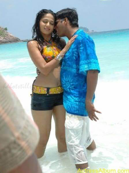 Anushka Shetty Hot Kisses & Sexy Cleavages 011