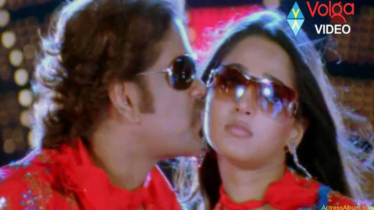 Anushka Shetty Hot Kisses & Sexy Cleavages 03