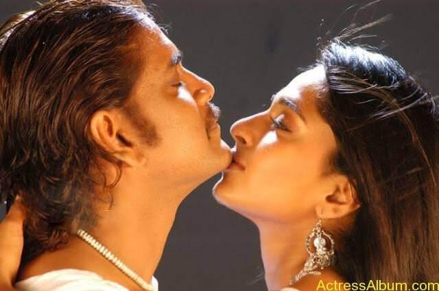 Anushka Shetty Hot Kisses & Sexy Cleavages 04