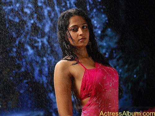Anushka Shetty Hot Kisses & Sexy Cleavages 10