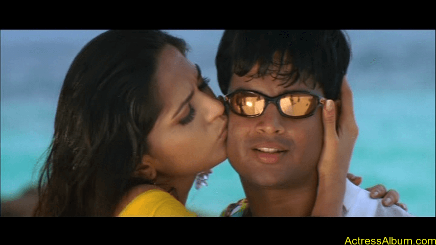 Anushka Shetty Hot Kisses & Sexy Cleavages