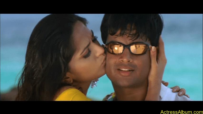 Anushka Shetty Hot Kisses & Sexy Cleavages