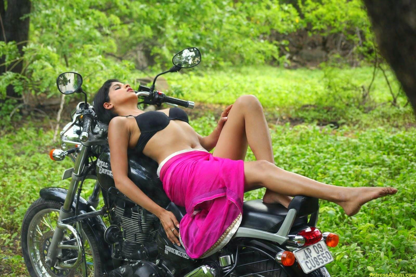 ice-cream-actress naveena-hot-stills-(6)